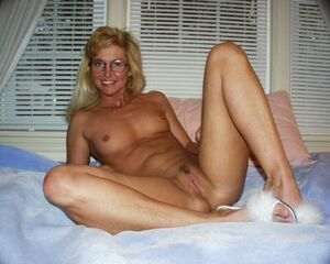 nude brunette mom